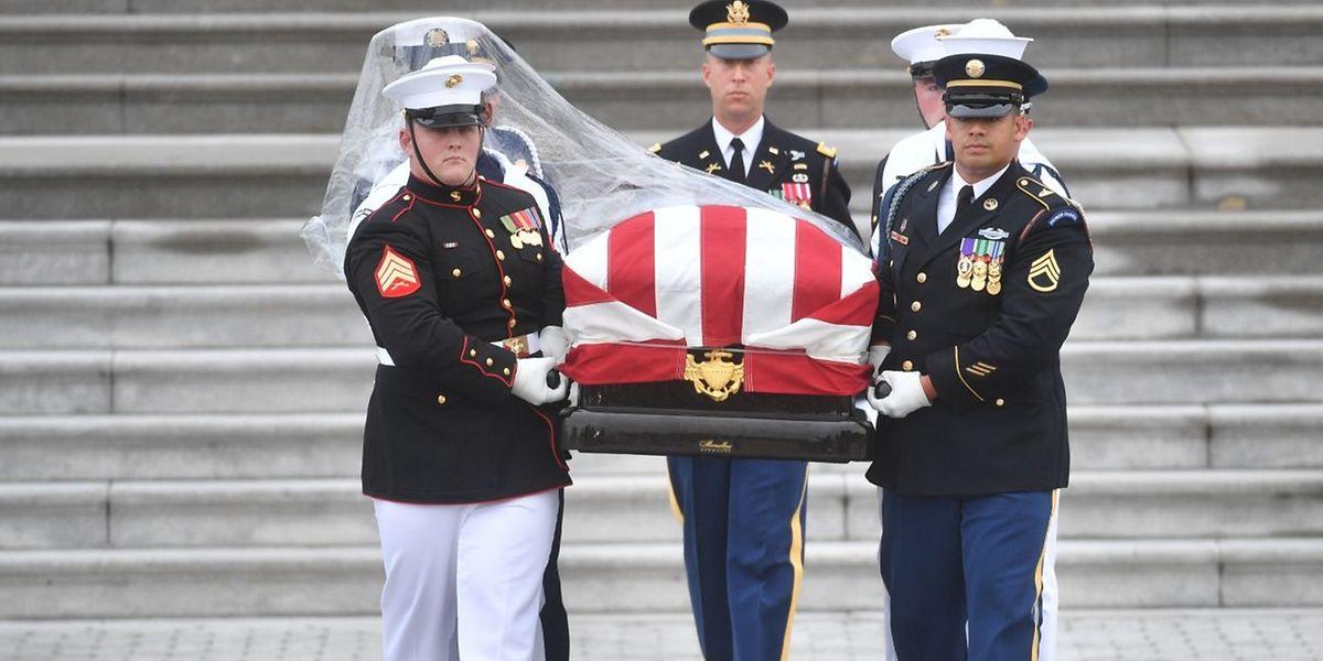 Eine militärische Ehrengarde trägt den Sarg des verstorbenen Senators.
