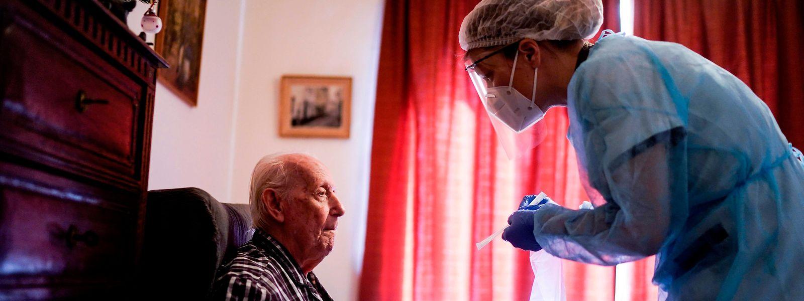 Ältere und behinderte Menschen gehören in weiten Teilen zu den Corona-Risikogruppen. Als Konsequenz eines konsequenten Abschirmens werden jedoch erhebliche psychische Schäden befürchtet.