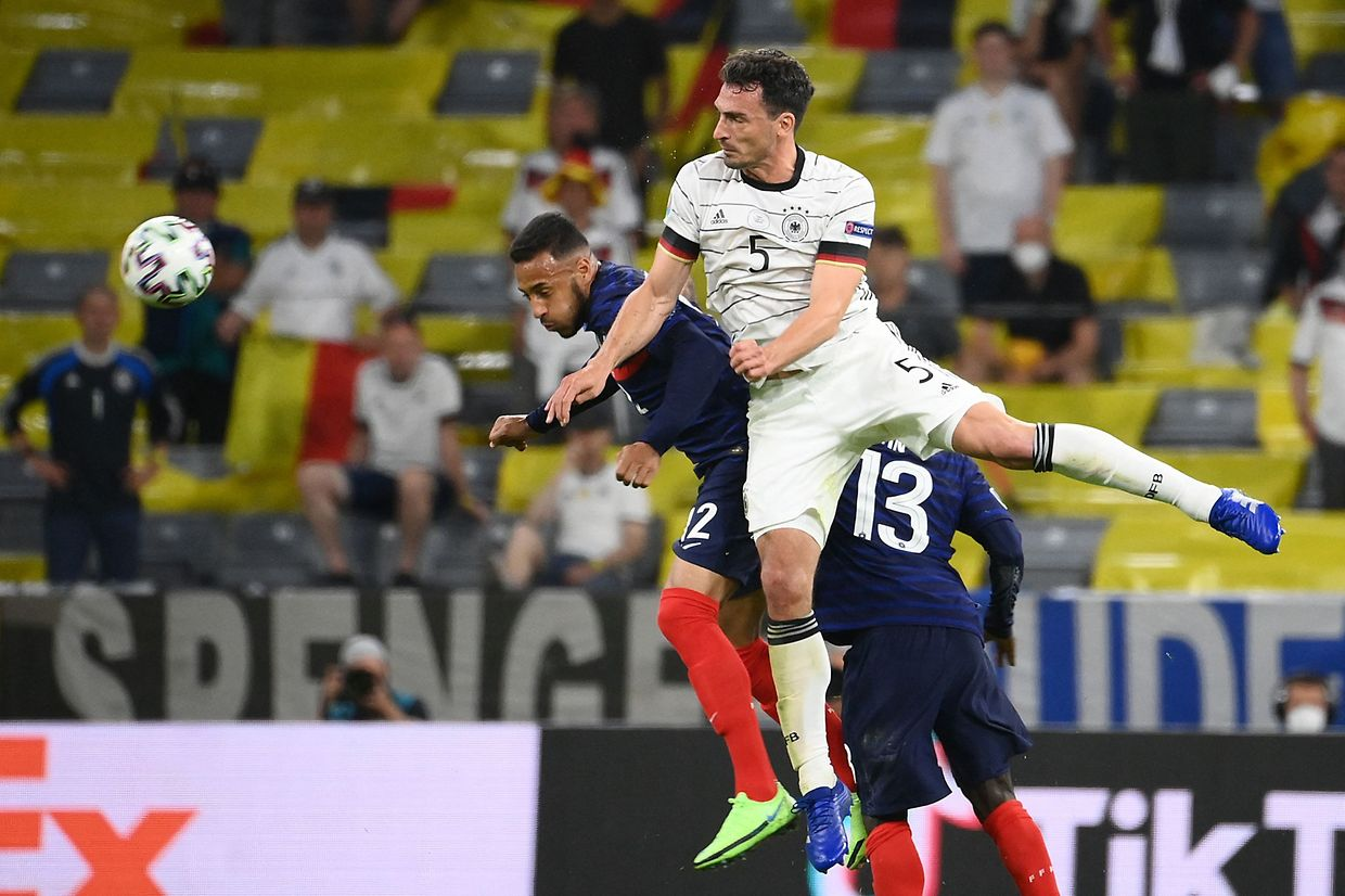 Germany's defender Mats Hummels (R) vies for the header with France's midfielder Corentin Tolisso during the UEFA EURO 2020 Group F football match between France and Germany at the Allianz Arena in Munich on June 15, 2021. (Photo by FRANCK FIFE / POOL / AFP)