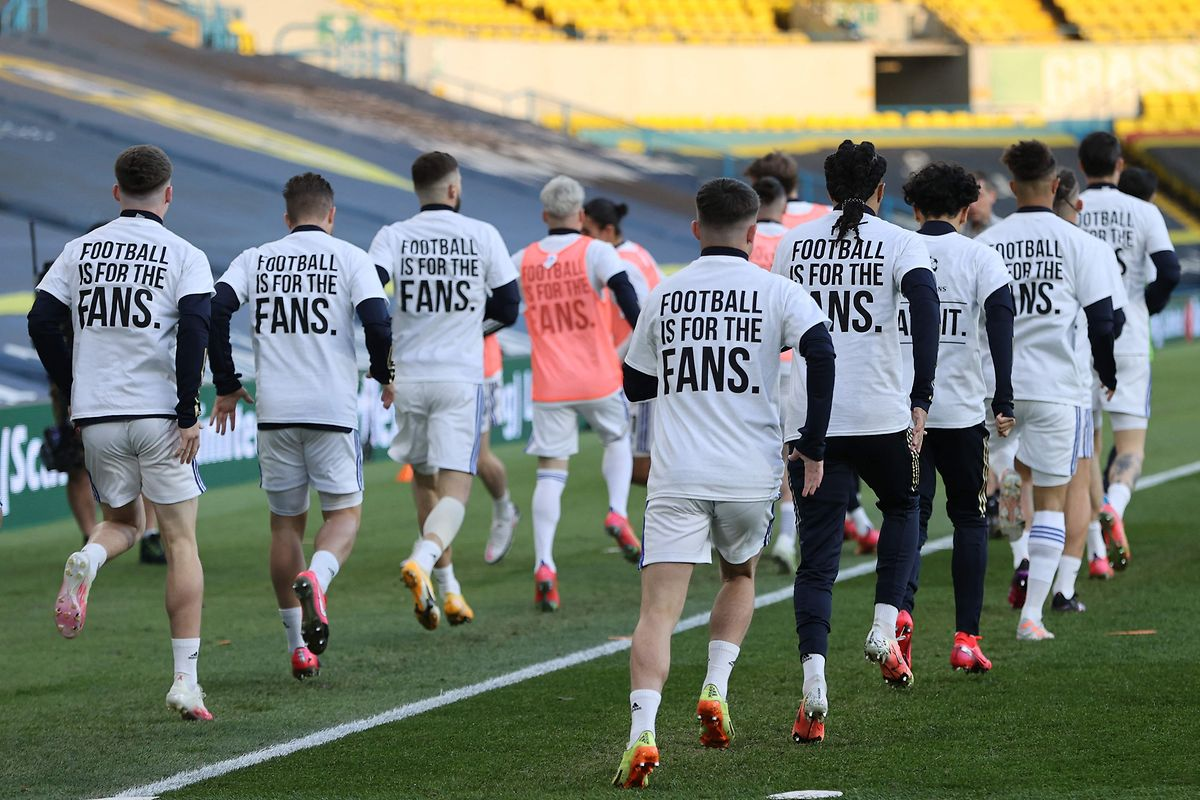 Spieler von Leeds United protestieren vor der Partie gegen den FC Liverpool, der der Super League angehören will. Nach dem 1:1 hat Liverpool keine Chance mehr auf die direkte Champions-League-Qualifikation.