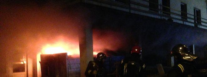 Die Feuerwehr brachte den Brand mit Schaum unter Kontrolle.
