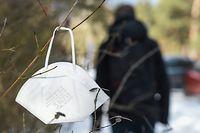 ARCHIV - 13.02.2021, Berlin: Eine FFP2-Maske hängt an einem Strauch. (zu dpa Faktencheck - FFP2-Masken unter freiem Himmel - nützlich oder unsinnig?) Foto: Kira Hofmann/dpa-Zentralbild/dpa +++ dpa-Bildfunk +++