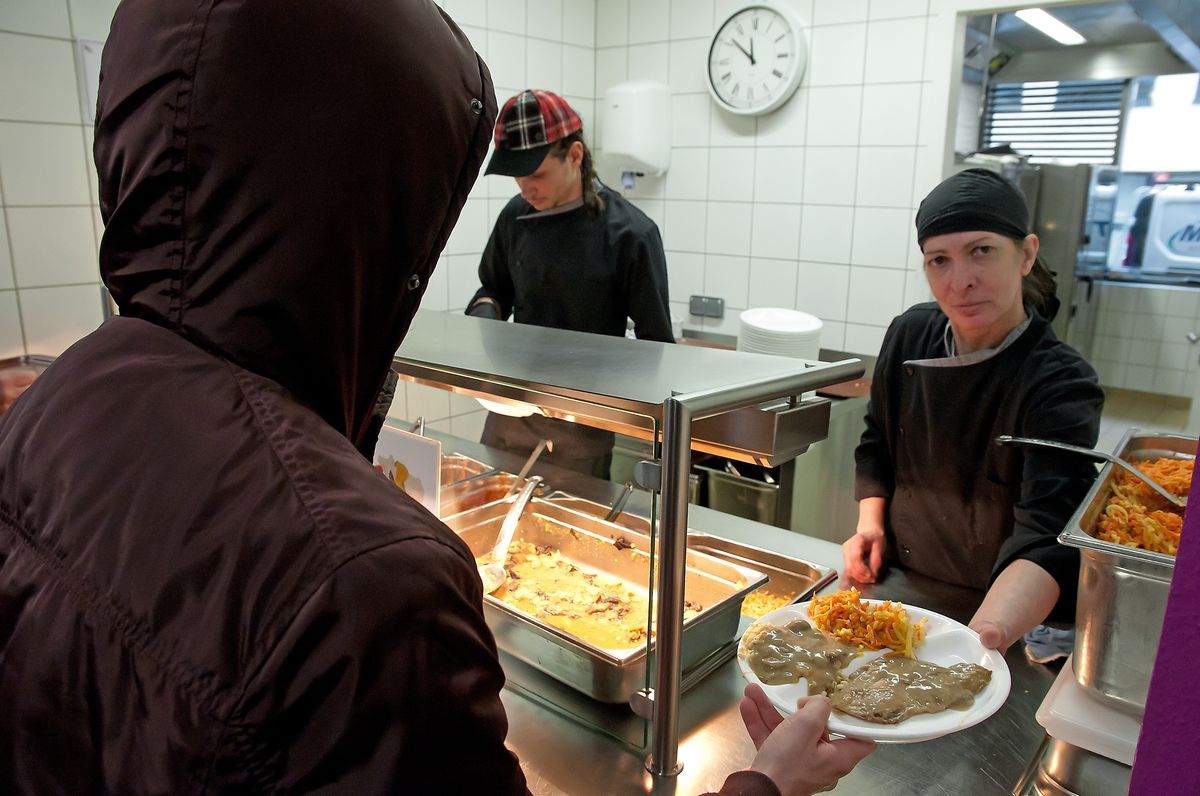 Dès 11h30, le restaurant social de la Stëmm à Luxembourg-Hollerich est pris d'assaut. L'assiette chaude y est servie pour 50 cents.«Mais tout le monde ne les a pas», commente Thilo Umbach, le chef cuisinier.