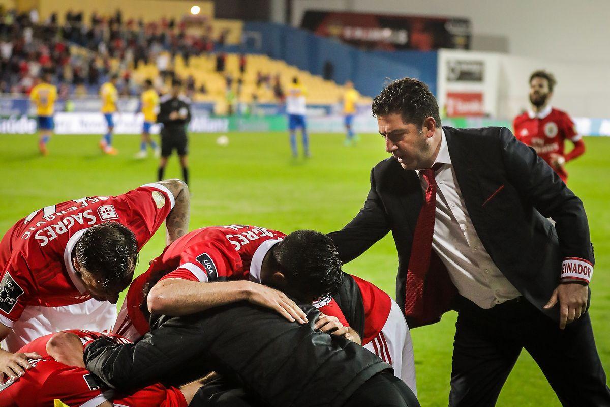 Rui Vitoria celebra com os jogadores o importante triunfo dos 'encarnados'.