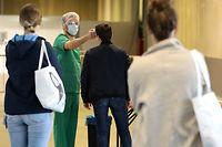 Dès leur arrivée à l'entrée d'un des quatre centres, les patients se font prendre la température