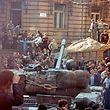 Die Prager Bevölkerung umringt am ersten Tag der Besetzung die einrollenden sowjetischen Militärfahrzeuge.