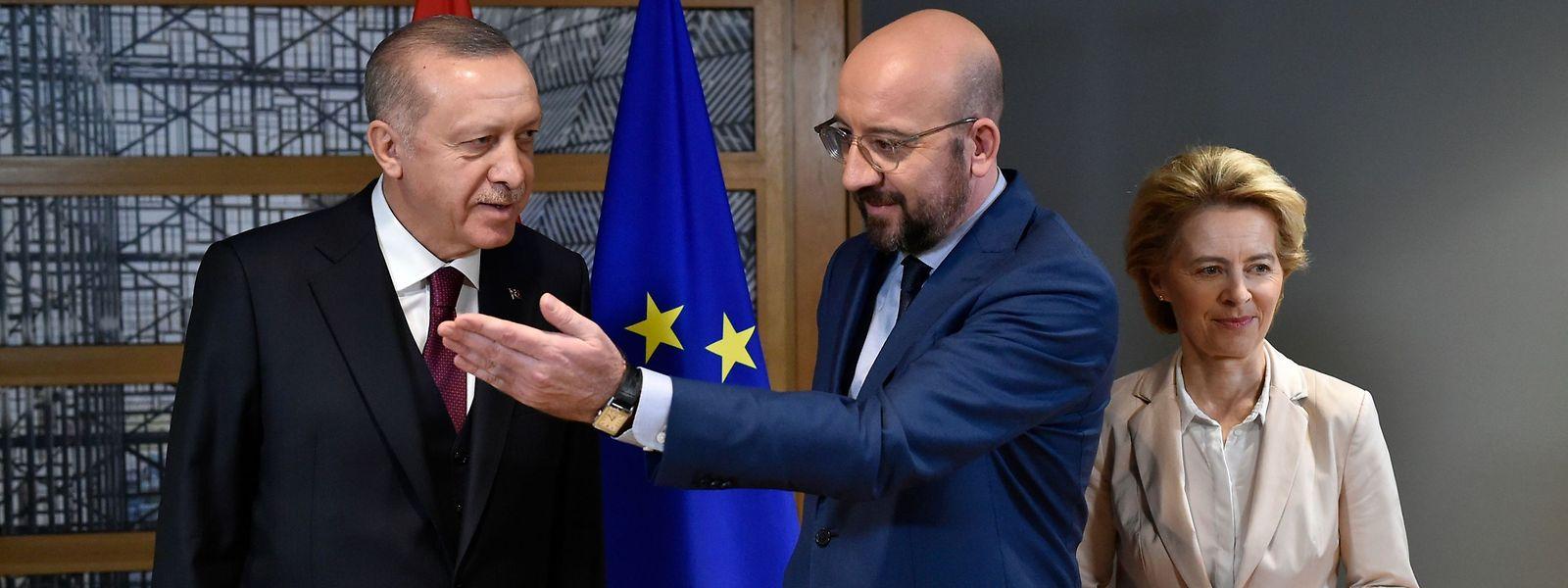 EU-Ratspräsident Charles Michel (m.) mit EU-Kommissionschefin Ursula von der Leyen und dem türkischen Präsidenten Recep Tayyip Erdogan.