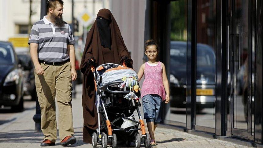 Bildergebnis für burka kinderwagen