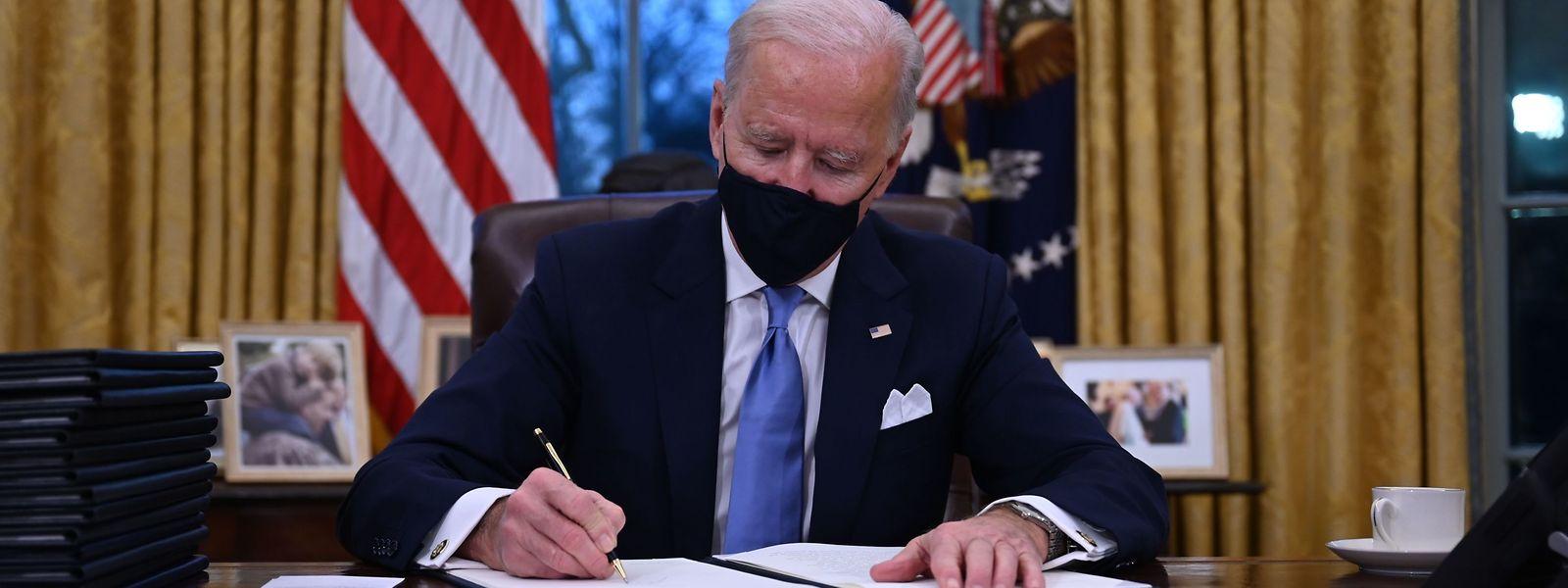 Kaum im Amt erlässt der neue US-Präsident Joe Biden bereits von seinem neuen Schreibtisch im Oval Office 17 Dekrete.