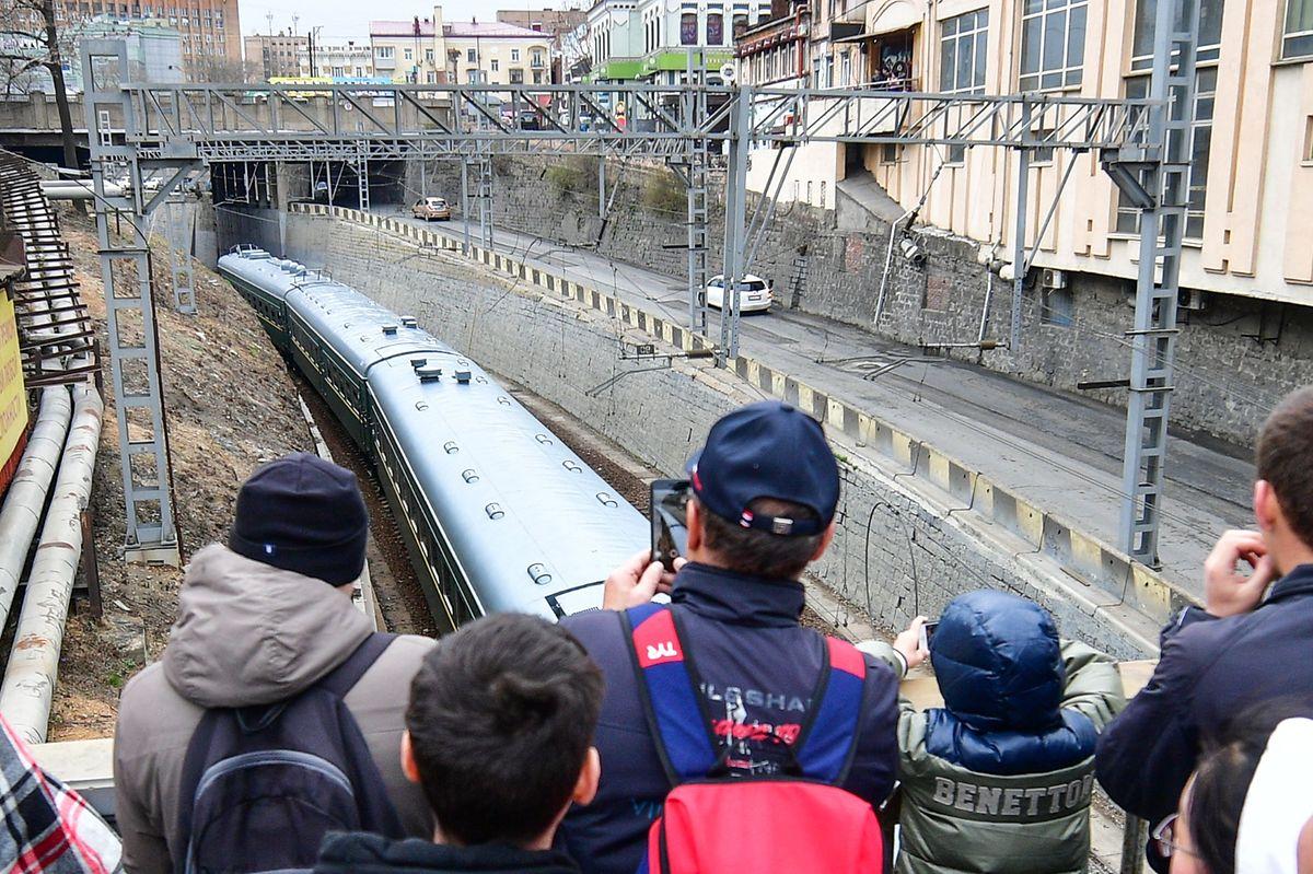 Schaulustige machen in Wladiwostok Fotos vom Sonderzug aus Nordkorea.