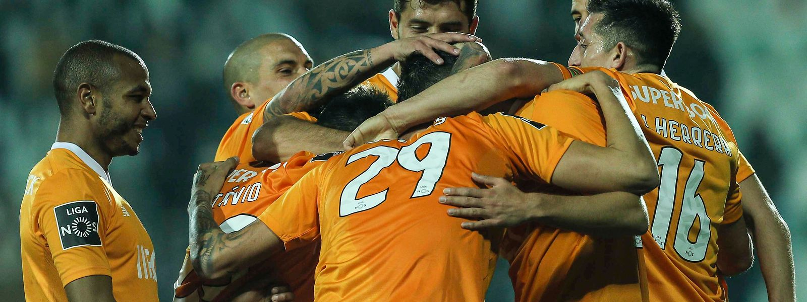 Jogadores do FC Porto celebram mais um dos golos frente so Portimonense