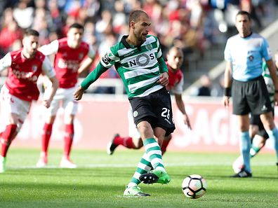 Sporting`s Bas Dost scores a penalty against Sporting de Braga during their Portuguese First League soccer match, held at Braga Municipal stadium, Braga, north pf Portugal, 30 April 2017. JOSE COELHO/LUSA