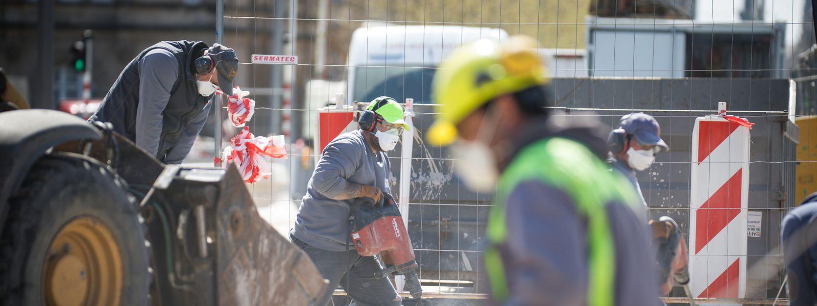 Le chantier du tram n'a pas encore démarré dans l'avenue de la Liberté ce lundi matin mais les ouvriers ont repris les marteaux-piqueurs sur le pont Adolphe.