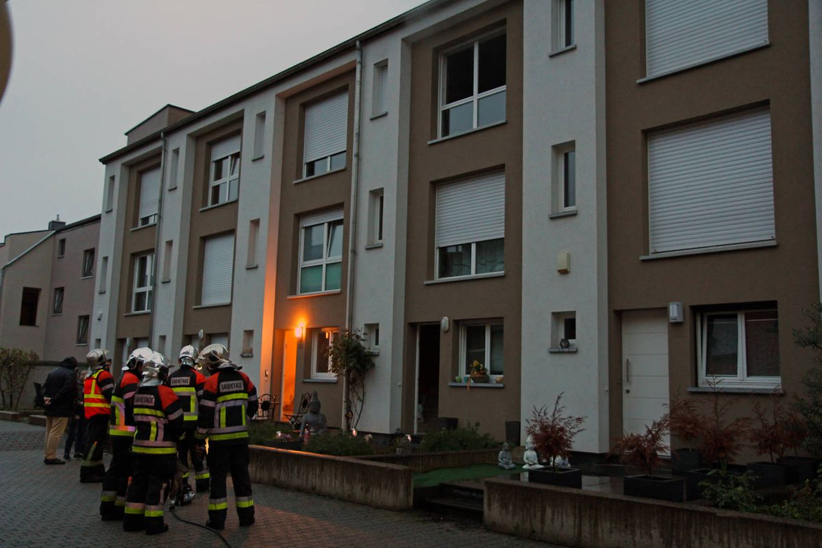 Die Hausbewohner mussten ihre Wohnungen infolge des Brands verlassen.