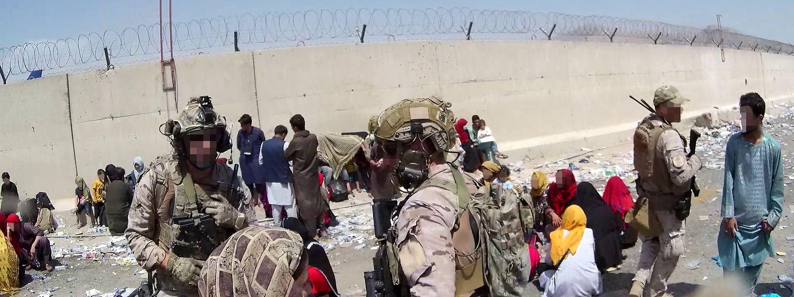 Soldaten des Sondereinsatzkommandos der spanischen Armee nehmen am 26. August 2021 an Evakuierungsarbeiten auf dem Flughafen von Kabul teil.