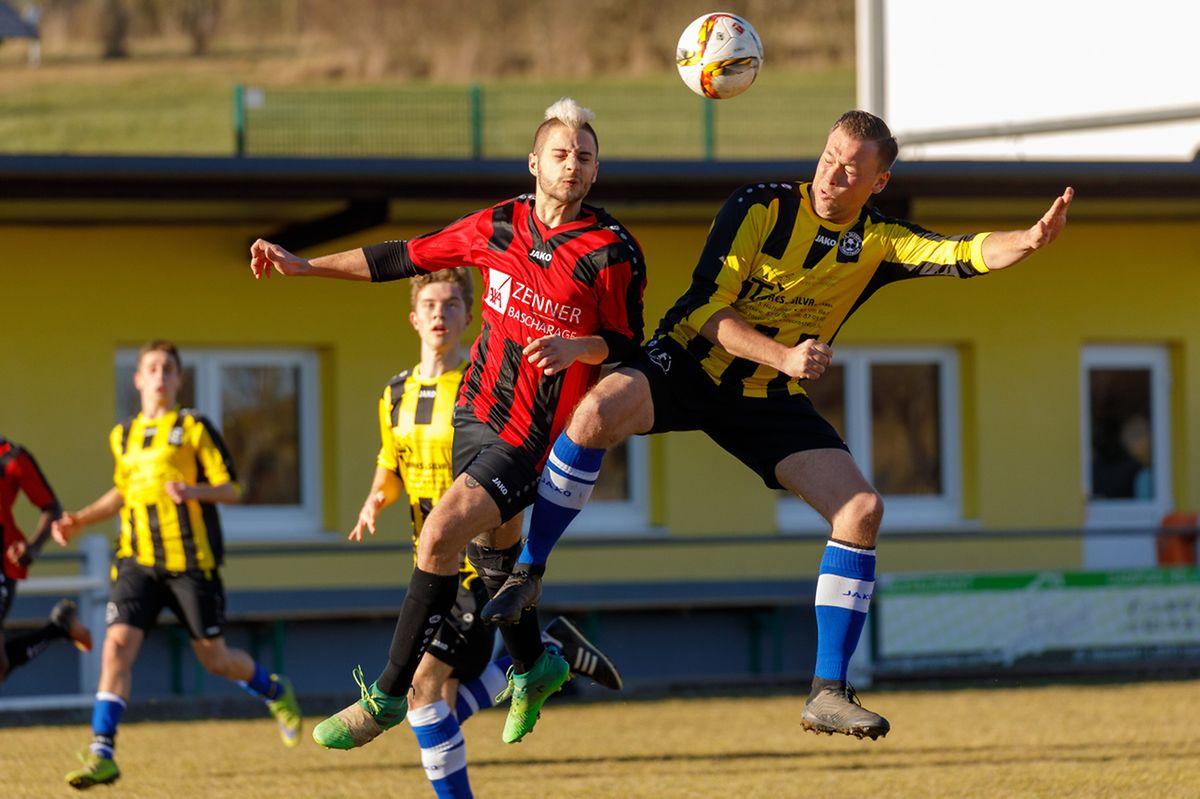 Duel aérien entre Dario Gressani et Steve Tholl. Clemency s'est imposé 6-1 sur le terrain de Christnach-Waldbillig.