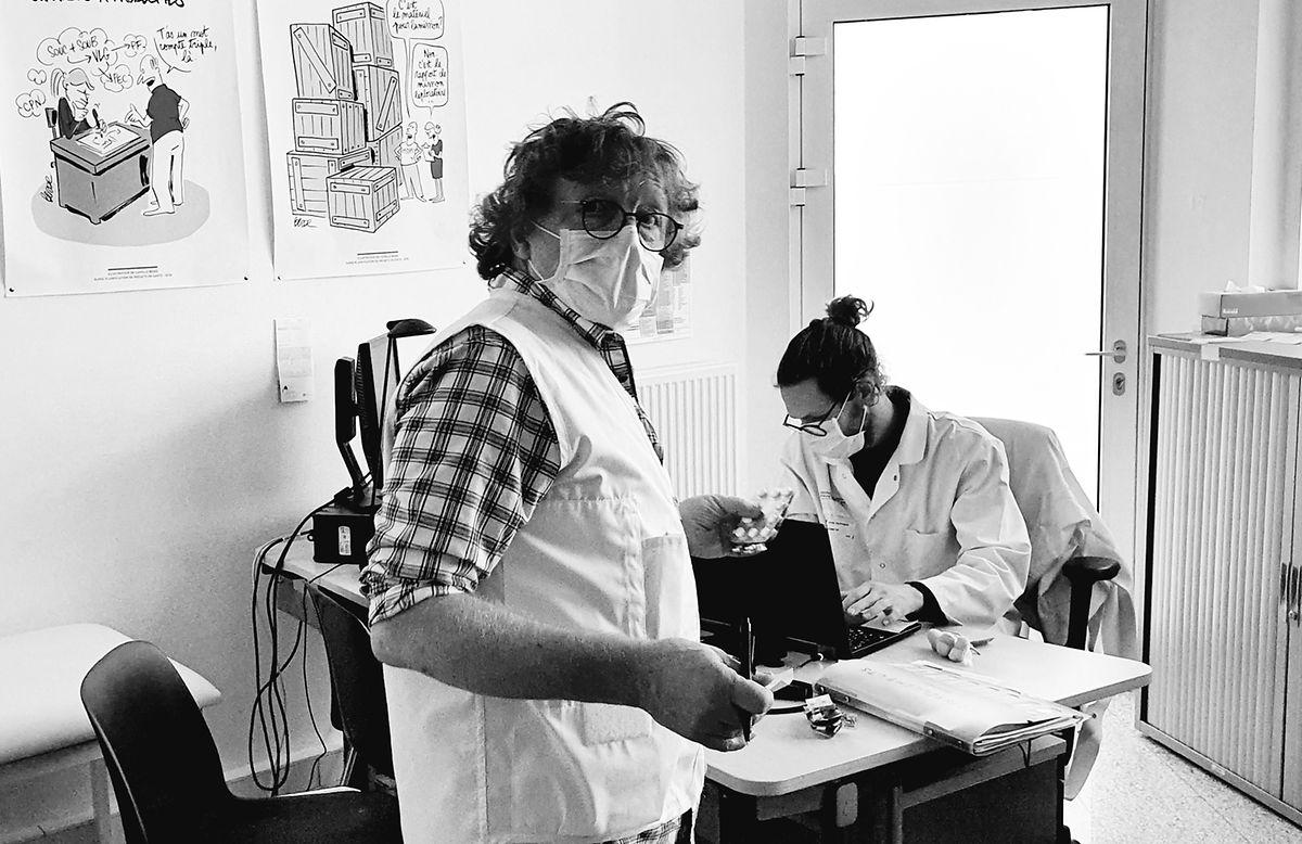 O enfermeiro Serge Depotter (de pé) e Guillaume Bastin, médico, são dos poucos que continuam a atender pacientes.