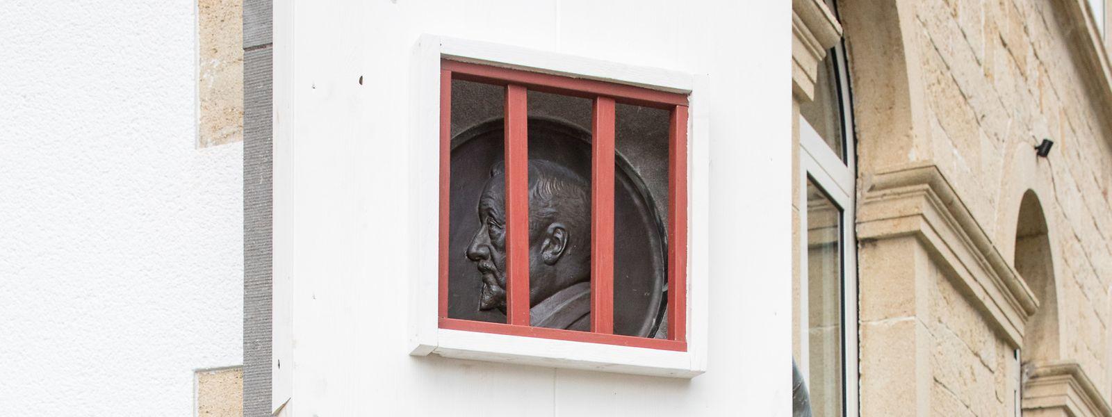 Nicolas Cito wurde vom Künstlerkollektiv Richtung 22 symbolisch hinter Gitter gesetzt.