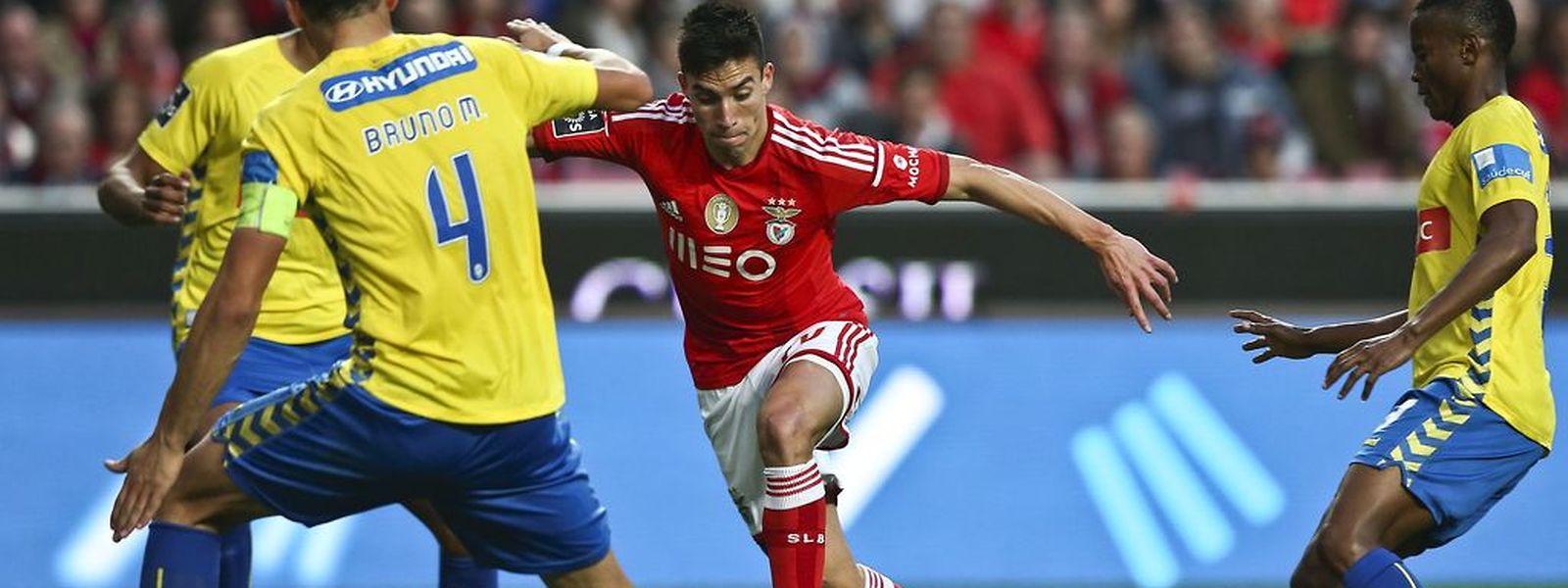 """Nico Gaitan (vermelho) e o Benfica golearam os """"canarinhos"""""""