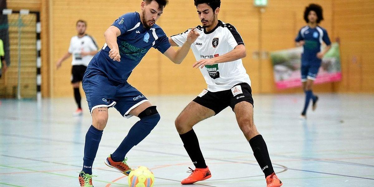 Micael da Silva (Futsal Wilwerwiltz, en blanc) tente de freiner Miguel Cardoso (RAF Differdange).