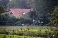 Polizisten gehen auf Spurensuche zu dem abgelegenen Hof, in dessen Keller eine Familie jahrelang gehaust haben soll.