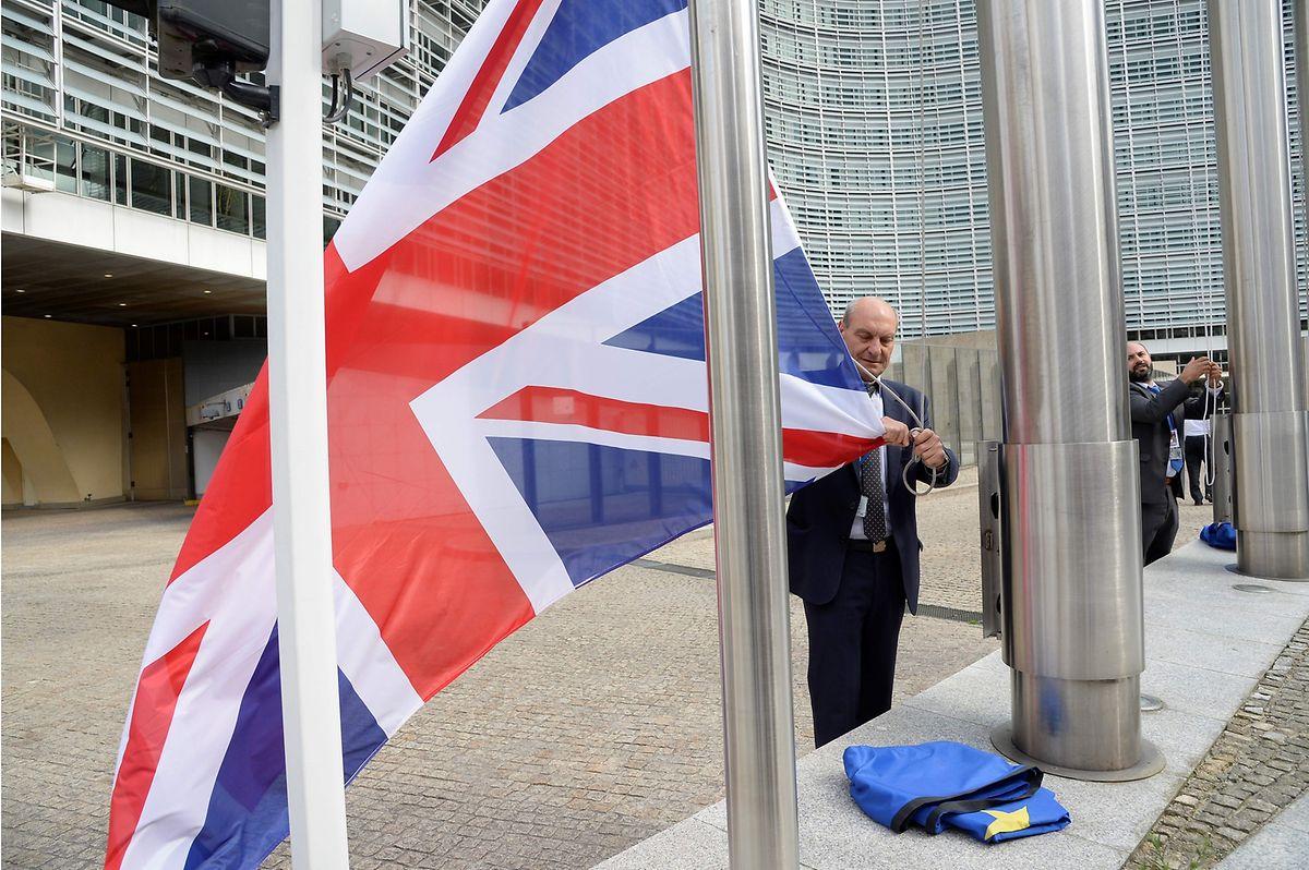 Vor dem  Berlaymont, dem EU-Kommissionsgebäude in Brüssel, wird die britische Fahne entfernt.