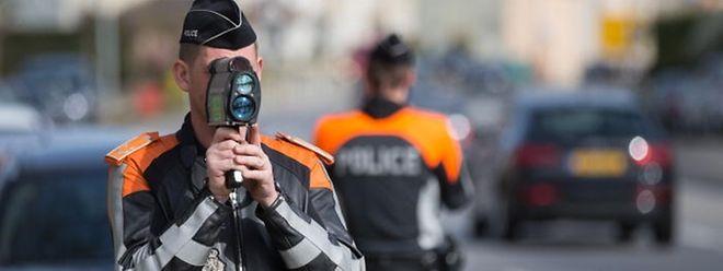 Os agentes estão em ação durante a manhã em Esch-sur-Alzette.