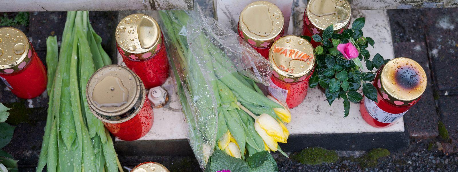 Vor dem Haus eines Arztes, der bei einer Explosion ums Leben kam, liegen Blumen und sind Kerzen abgestellt. Ein toter Landschaftsgärtner steht unter Verdacht, den Arzt mit einer Sprengfalle getötet zu haben.