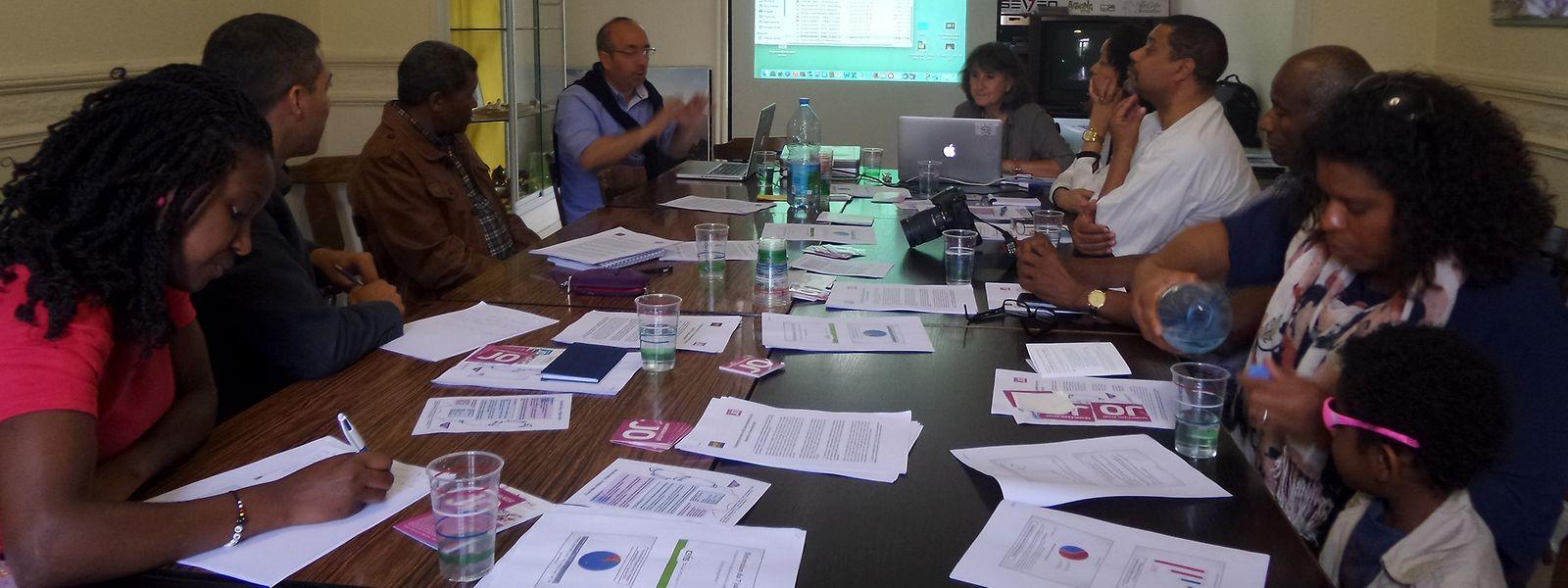 Sérgio Ferreira e Laura Zucolli, da ASTI, estiveram à conversa com Clara Delgado, da Embaixada de Cabo Verde, dirigentes associativos e e alguns membros da comunidade cabo-verdiana
