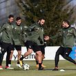 Juventus' Argentinian forward Gonzalo Gerardo Higuain (C) and Juventus' Italian defender Giorgio Chiellini (R) take part in a training session in Vinovo, near Turin, on February 12, 2017, on the eve of the UEFA Champions League round of 16 football match between Juventus and Tottenham. / AFP PHOTO / MIGUEL MEDINA