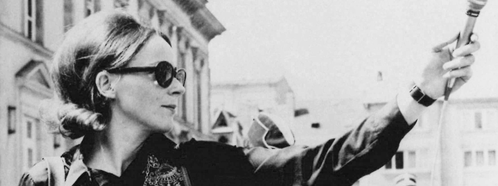 Tilly Jung (*1941) est la première femme journaliste à entrer à la radio luxembourgeoise en 1968.