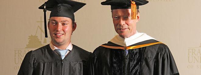 Le père et le fils ont reçu des diplômes