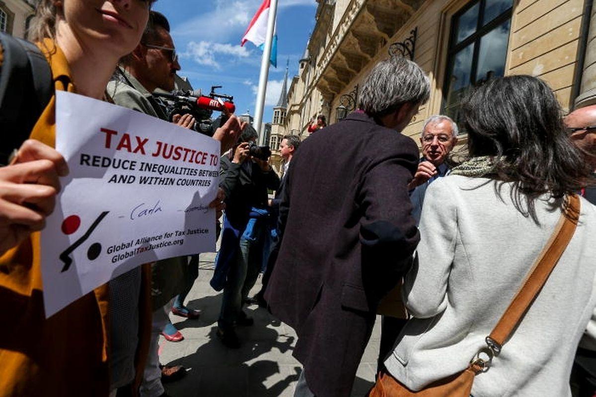 Rund 30 Menschen demonstrierten am Nachmittag vor dem Parlament für mehr Transparenz und Steuergerechtigkeit.
