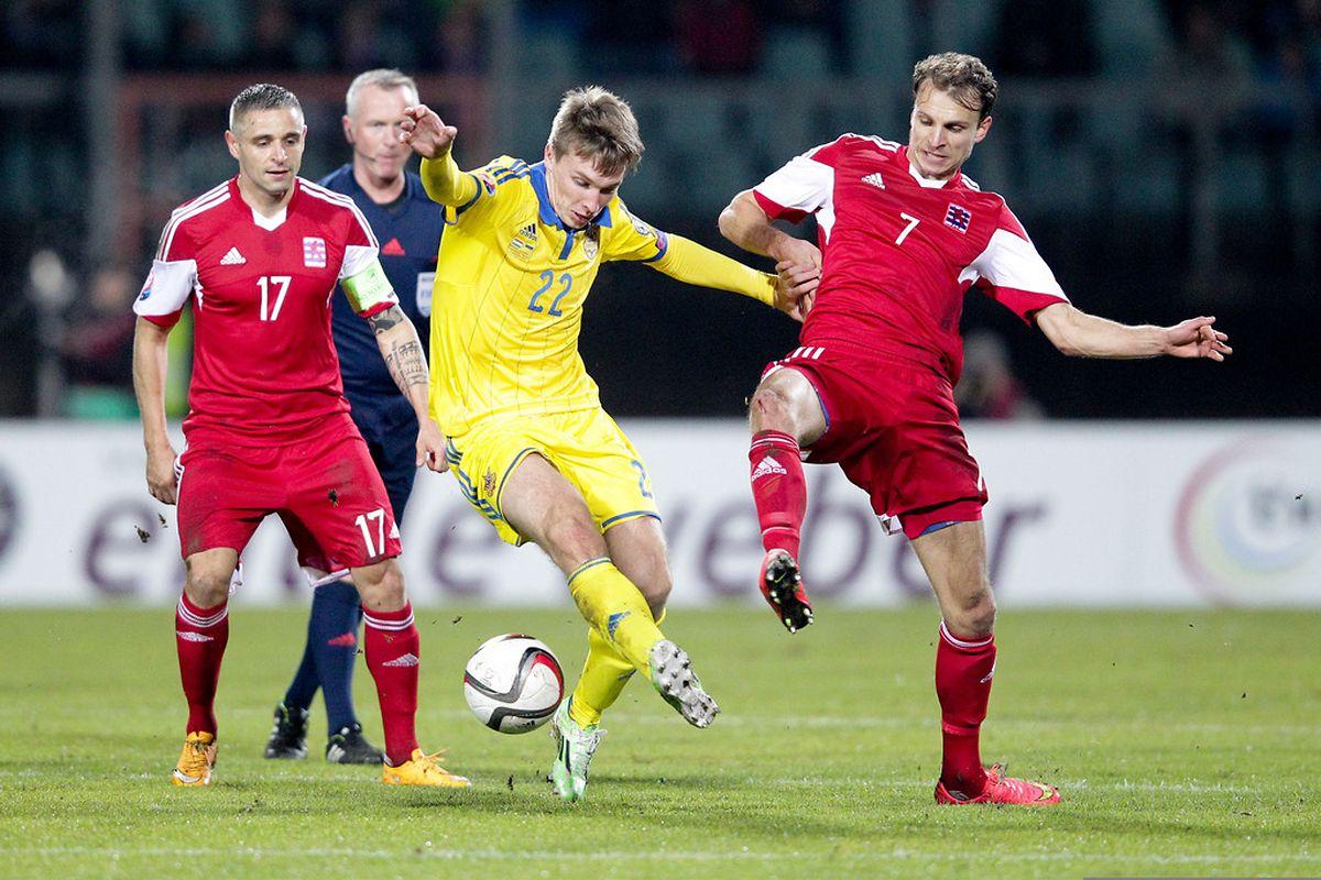 Serhiy Sydorchuk est bien pris en tenaille par Mario Mutsch et Lars Gerson