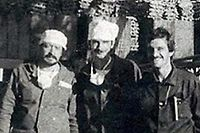 """HANDOUT - 22.04.2021, Ukraine, Tschernobyl: Ilja_Suslow_1986.jpg Autor: unbekannt - Privatarchiv Ilja Suslow Datum: um den 25. August 1986 Ort: 51.390835, 30.096740 Beschreibung: Nach der Errichtung der ersten 17 Meter hohen Kaskade des ersten Betonsakophargs am explodierten Block vier des Atomkraftwerks Tschernobyl posiert Ilja Suslow (r) mit zwei Kollegen für ein Erinnerungsfoto. (zu dpa """"35 Jahre Tschernobyl: Atomunglück belastet Zeitzeugen und Politik"""") Foto: ---/Ilja Suslow/dpa - ACHTUNG: Nur zur redaktionellen Verwendung im Zusammenhang mit der aktuellen Berichterstattung und nur mit vollständiger Nennung des vorstehenden Credits +++ dpa-Bildfunk +++"""