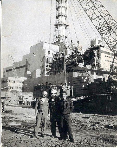 Nach der Errichtung der ersten 17 Meter hohen Kaskade des ersten Betonsakophargs am explodierten Block vier des Atomkraftwerks Tschernobyl posiert Ilja Suslow (r.) mit zwei Kollegen für ein Erinnerungsfoto.