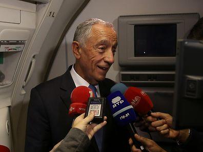 Presidente da República, Marcelo Rebelo de Sousa, fala aos jornalistas durante o voo de Paris para Havana, Cuba, onde vai iniciar uma visita de Estado, 26 outubro 2016.