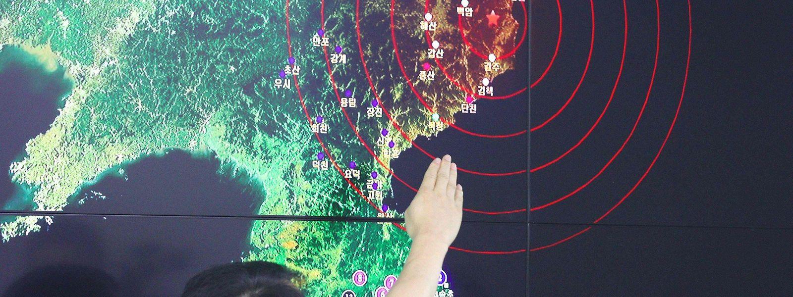 Ein Mitarbeiter der südkoreanischen Wetterbehörde zeigt auf das Epizentrum der Erschütterung in Nordkorea.