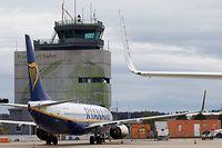 ARCHIV - 31.10.2018, Rheinland-Pfalz, Hahn: Eine Boeing 737 der irischen Ryanair steht vor dem Tower des Flughafens Hahn. Europas größte Billigairline Ryanair will zum 1. November seine Basis am Hunsrück-Airport Hahn schließen. Auch den Standorten in Berlin-Tegel und im nordrhein-westfälischen Weeze drohe noch vor dem Winter das Aus, teilte die Ryanair-Tochter Malta Airline am Dienstag in einem internen Schreiben mit, das der Deutschen Presse-Agentur in London vorliegt. (zu dpa «Ryanair will Standorte in Deutschland schließen») Foto: Thomas Frey/dpa +++ dpa-Bildfunk +++