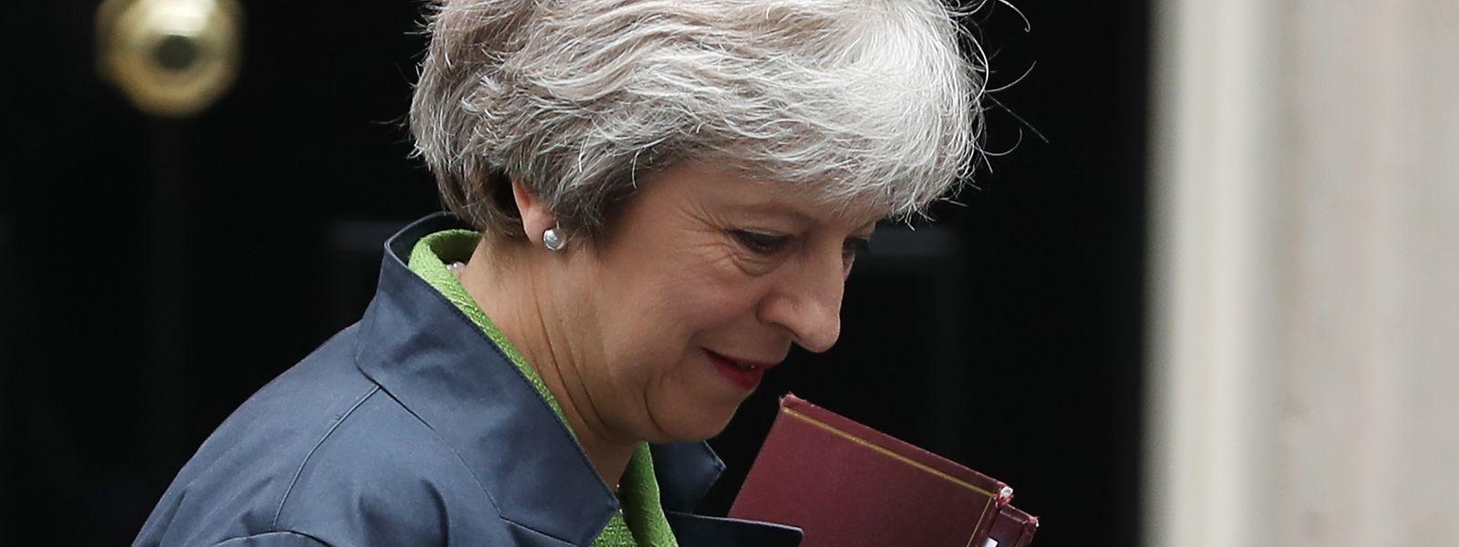 Premierministerin Theresa May vor der Haustür von 10, Downing Street.