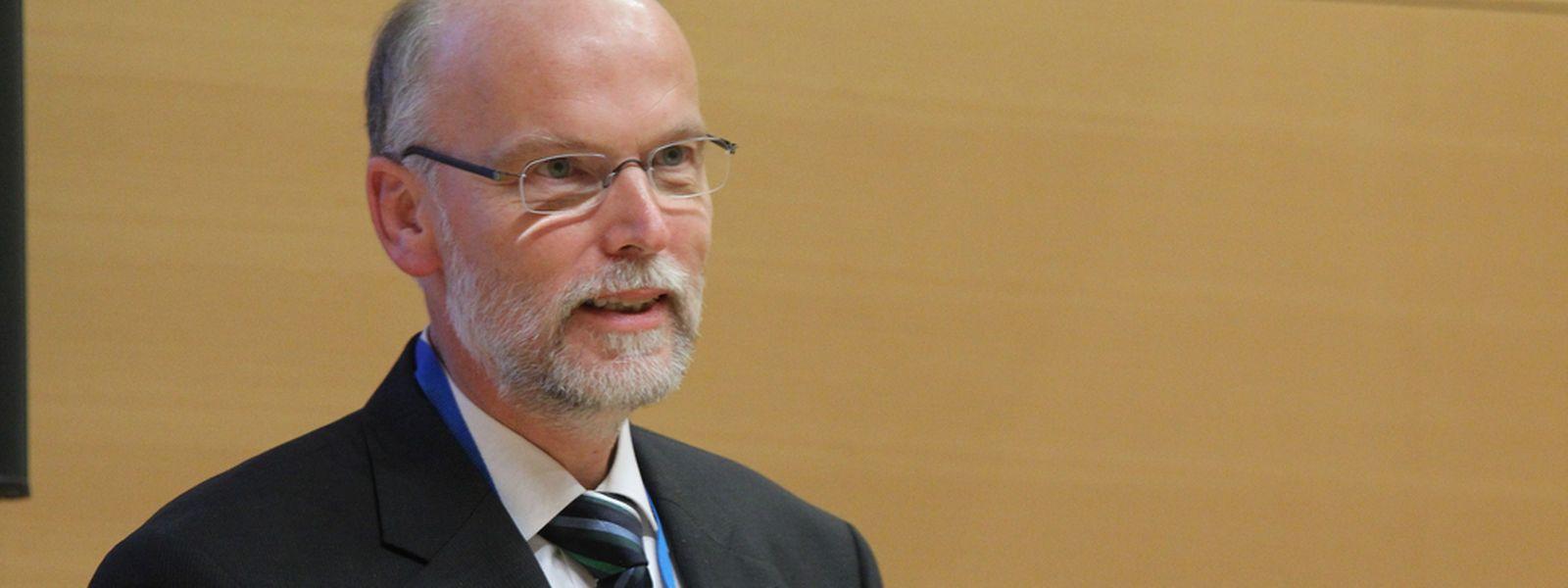 Der Dr. Dr. Birger Kollmeier referierte vor den hohen Gästen.