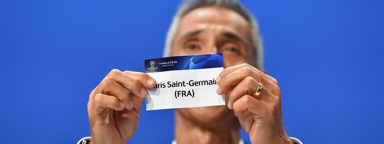 Paulo Sousa hält das Los von Paris SG in die Kamera.