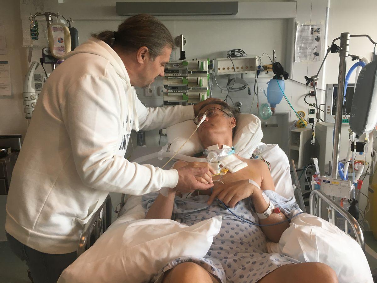 O irmão visita Felix no hospital.