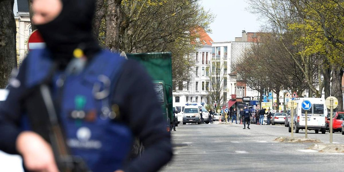 Unklar war zunächst, ob ein Großeinsatz der Polizei im Brüsseler Stadtteil Etterbeek am Samstag ebenfalls im Zusammenhang mit den Anti-Terror-Ermittlungen stand. Wie Augenzeugen dem Sender RTBF sagten, waren rund 50 Beamte im Einsatz.