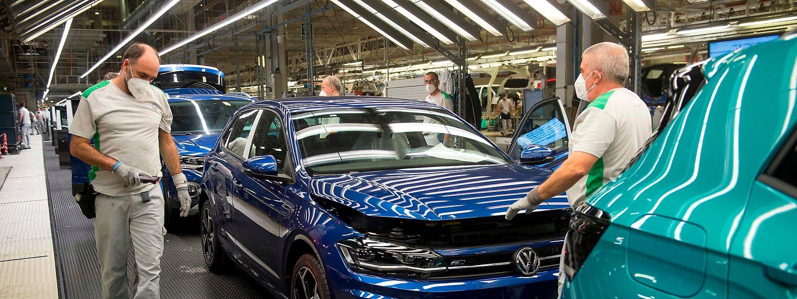 Arbeiter tragen Schutzmasken gegen das Corona-Virus in der Volkswagen-Fabrik im spanischen Pamplona. Bis zum 30. April hatte dort die Produktion stillgestanden.