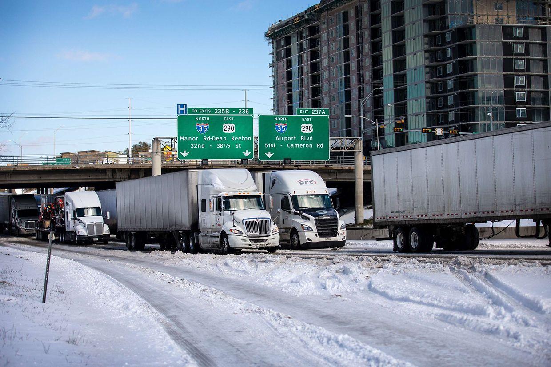Vaga de frio sem precedentes está a paralisar o Texas. População está há vários dias sem energia e aquecimento.