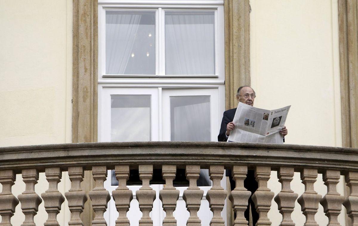 30. September 2014: Genscher posiert mit Tageszeitung auf dem Balkon der deutschen Botschaft in Prag zum 25. Jahrestag des Mauerfalls.
