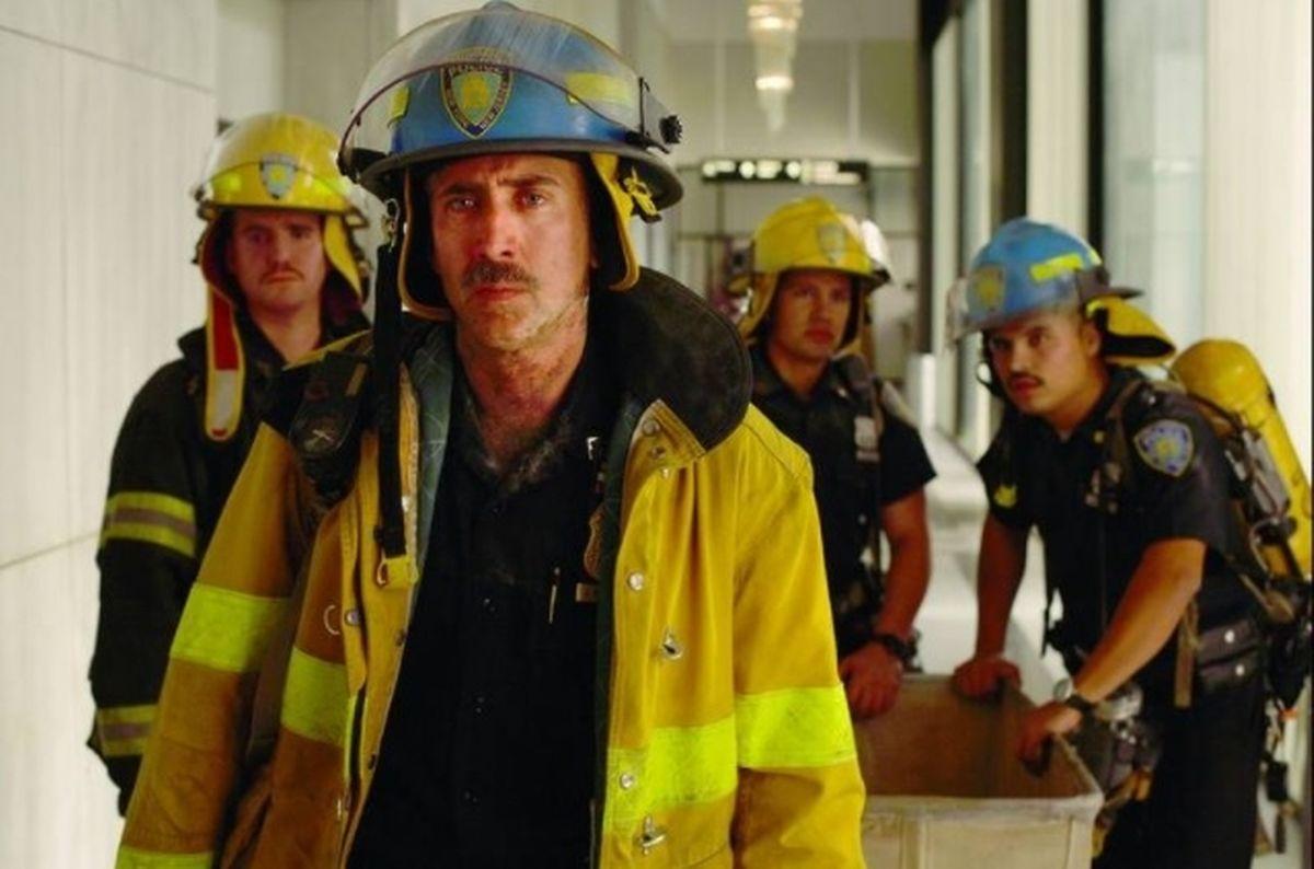 O polícia António Rodrigues (interpretado pelo ator Armando Riesco) à esq. atrás do seu Sargento (Nicolas Cage) no filme World Trade Center, um dos mais famosos sobre o 11 de setembro