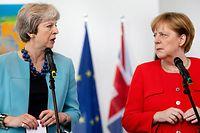 ARCHIV - 05.07.2018, Berlin: Bundeskanzlerin Angela Merkel (CDU, r) und die britische Premierministerin Theresa May sprechen bei einem Statement im Bundeskanzleramt. Merkel trifft an diesem Dienstag erneut mit der britischen Premierministerin Theresa May zusammen, um den Stand des Brexit-Prozesses zu erörtern. Foto: Kay Nietfeld/dpa +++ dpa-Bildfunk +++