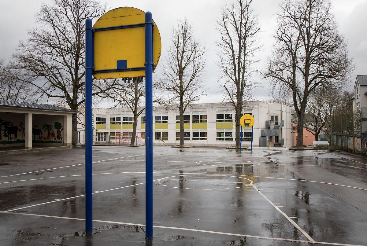 Ein verwaister Schulhof in Luxemburg-Gasperich: Die Schulen des Landes bleiben noch bis 19. April geschlossen.